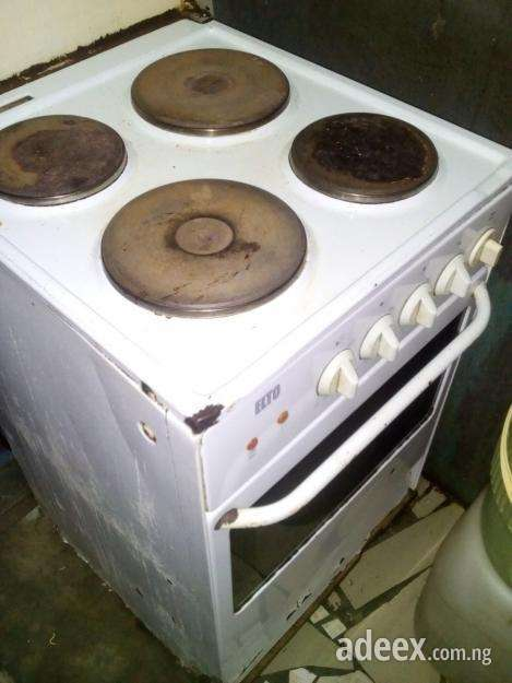 Slightly used gas cooker with oven for those yummy cakes
